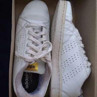 Sneakers putih wanita