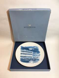 Wedgwood x HSBC bone China plate 20cm, featuring HSBC's 1865 headquarters, limited edition of 6000pcs, 1865 年滙豐總行大廈,骨瓷碟,限量發行6000套,連證書,原裝盒,plate stand, serial no. 2746, 全套保養良好,盒有些舊,made in the U.K.