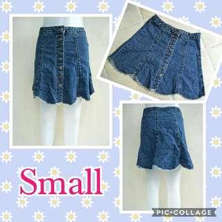 Scallop button-down denim skirt