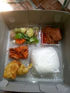 Orderan untuk nasi box catering udah di buka lagi silahkn jika berminat loc kawasan jaktim