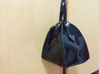 漆皮三角形手挽袋