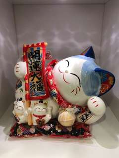 Lay down fortune cat
