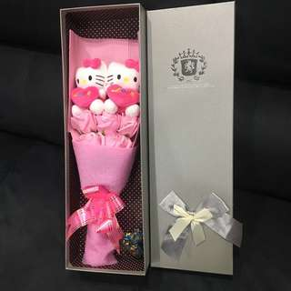 "Hello Kitty Flower Bouquet In Gift Box (2 Hello Kitty Plush holding ""LOVE"" cushion  + 5 Pink Roses)"