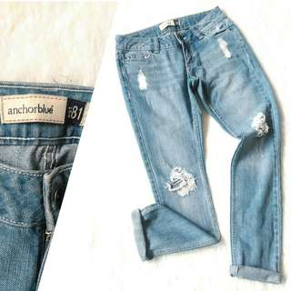 ANCHOR BLUE • Distressed/ripped jeans