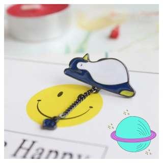 🚚 sleepy penguin pin/ brooch