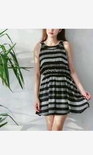 🚚 條紋撞色圓領洋裝   特殊的線條設計顯瘦又大方!  2色系 黑 白