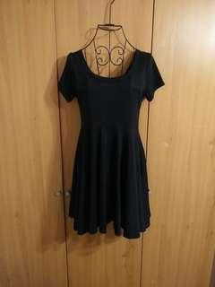🚚 兩件免運。經典黑裙U領百搭棉質舒適短袖洋裝