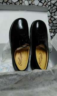 學生黑色皮鞋