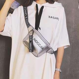 🚚 預購®️春夏最流行時尚款字母寬背帶腰包小包零錢包肩背包