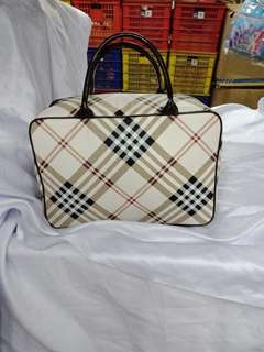Travel bag bahan kulit sintentiss selempang bahan tebal + ada reselting + karet + tali selempang + bahan full kulit sintentisss