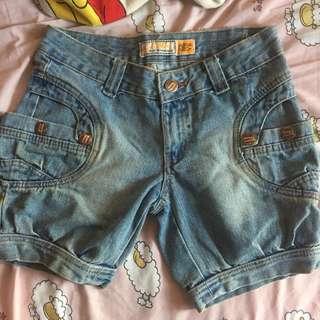 Celana pendek jeans