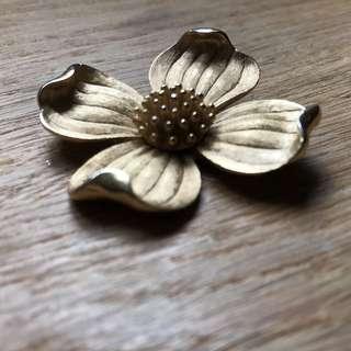 Gold tone flower brooch 花心囗針