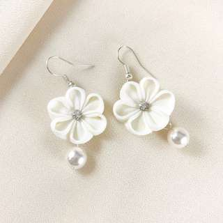 🚚 White flower earrings with Swarovski crystal pearl and Czech crystal, botanical earrings, kanzashi accessories, dainty bridal earrings