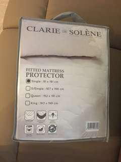 Fitted mattress protector - single