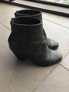Ladies black boots sz8