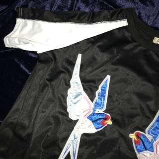 🚚 刺繡燕子緞面上衣