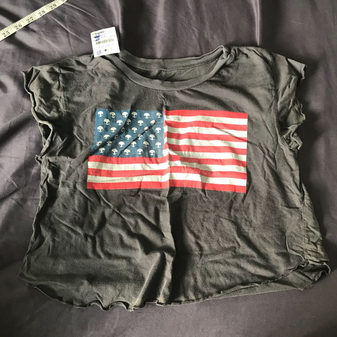 f9a35756b7c545 NWT Brandy Melville Elin alien graphic USA flag crop top