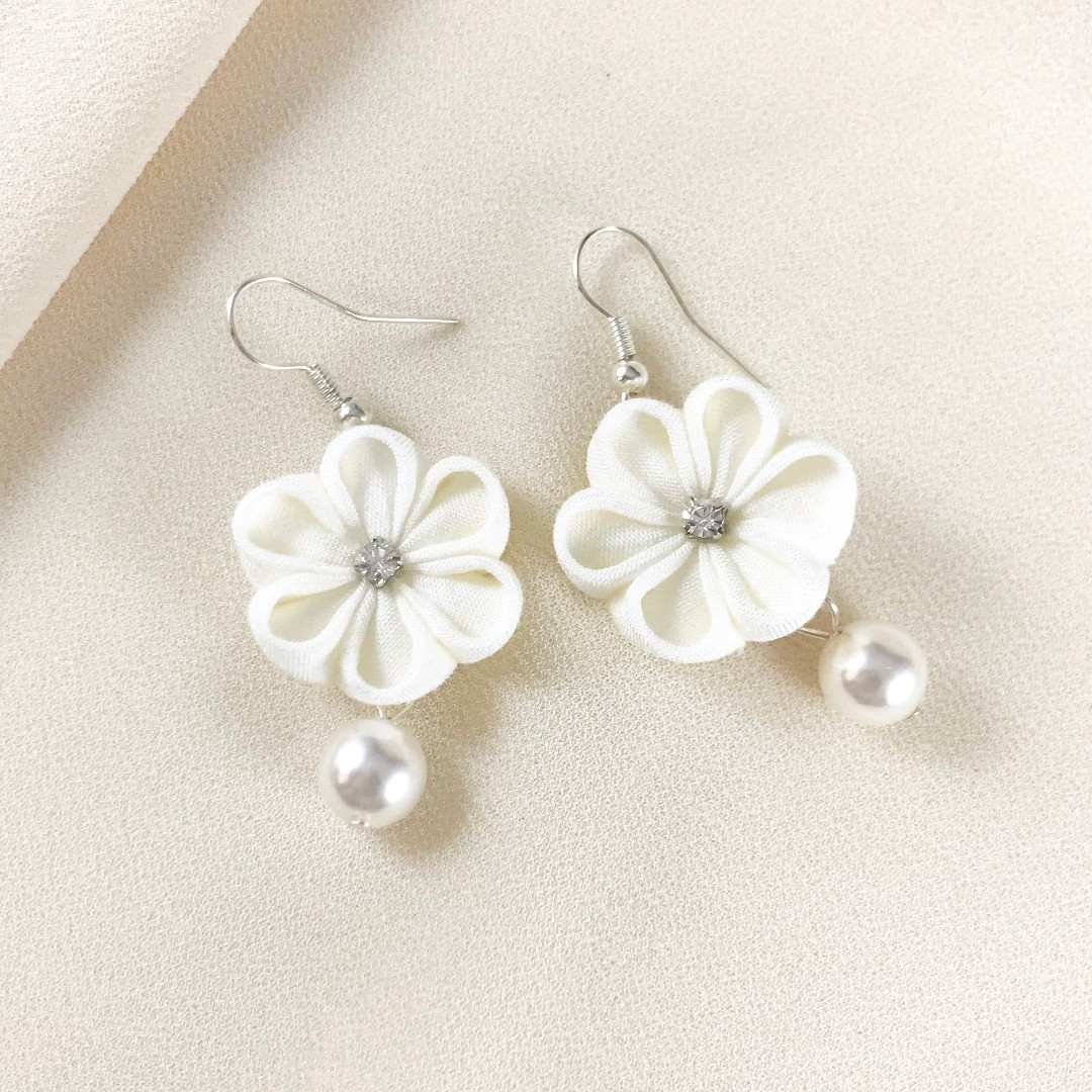 35630af99 White flower earrings with Swarovski crystal pearl and Czech crystal ...