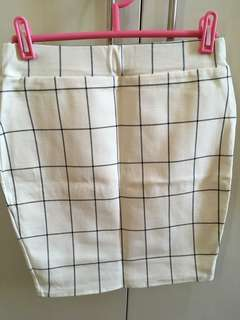 Stretchable white checkered skirt