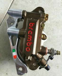 BREMBO CALIPER +BRACKET +SCREW PNP (EX5,W125,125ZR,LC). MADE IN THAILAND CONDITION 10/10. SIAPA CEPAT DIA DAPAT