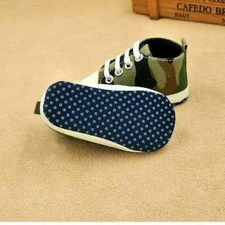 Sepatu bayi belajar berjalan
