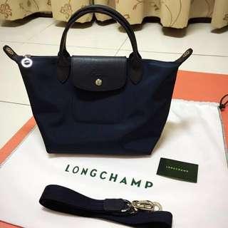 🚚 Longchamp Neo 短把小型水餃兩用包-深藍色(贈達菲熊站姿吊飾)