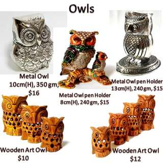Owl birds display n gift  in  solid metal and wood
