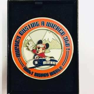 美國迪士尼 Disney 米奇 Mickey  Jumbo 珍寶 滑雪 360度轉圈 限量 LE 750 pin 襟章 徽章