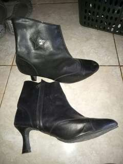 Boots hitam high heels