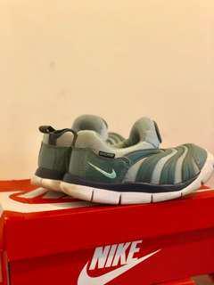 🚚 Nike 毛毛蟲 15碼