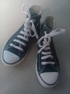 Original Black chuck Taylor US 2, UK 1.5 (7 to 8 years old)