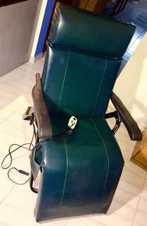 Reclinable full body massage chair