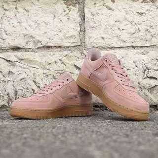 NIKE Air Force 1 SE  麂皮 女鞋 粉紅 膠底 AA0287-600(女)出清