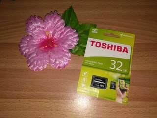 Brand New TOSHIBA 32gb microSDHC / microSDXC Memory Card with Adapter Included