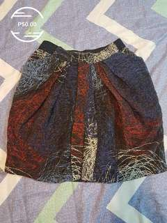 Skirt w/ side pockets. Would fit S - M built