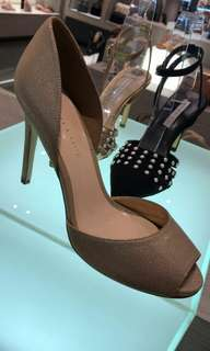 Heels warna gold