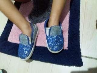sepatu blue . udah bosen anaknya .