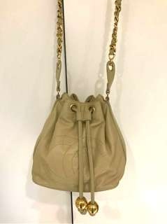 Vintage Chanel米色羊皮金球复古水桶袋 23x21cm