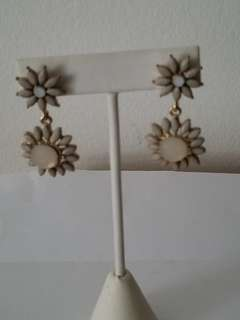 SALE ($20) New Earrings nacar and gold flower shape