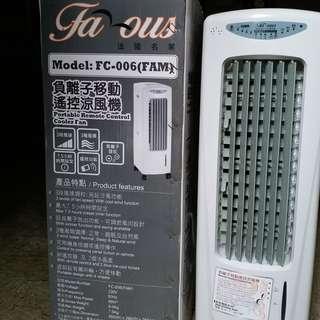 出讓99%新涼風機 Famous FC-006(FAM) 靠冰種放入水槽降低水温,水流經過入風位造成涼風 實件照片