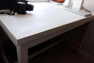 Meja kayu putih