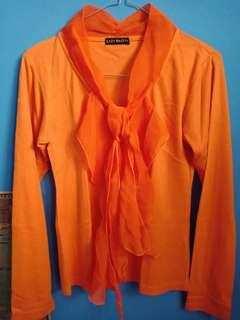Kaos Panjang Lengan dengan Lace di Leher
