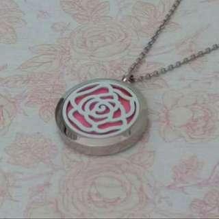 隨你心變色玫瑰不銹鋼香水香薰精油吊墜連頸鏈,送6塊棉片,吊墜直徑30mm,鏈長54cm,鏈尾5.5cm。