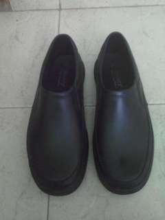 Sepatu kantor umum