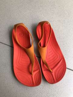 Crocs sandal oren