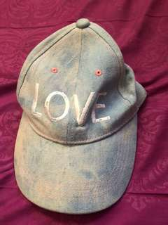 Topi Love Stradivarius
