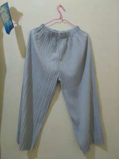 Celana Kulot Plisket Abu-abu Muda