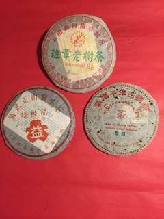 經典普洱(生)茶套裝:2006 年班章老樹茶(限量版);2002 年易武正山野生茶(特級品)及2003 年景邁千年古樹茶;如相片所示