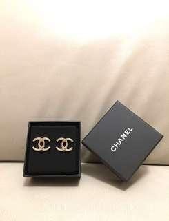 🎁【 送禮之選!全新正品! 】CHANEL 100%全新香檳金色大 CC Logo 金屬耳環 ( #A96502 / Earrings / 代售   )
