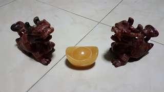 1 PAIR LAO YU LONG GUI WITH YUAN BAO. ( 一对老玉龙龟和元宝)